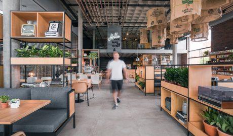 Com 1.530 m² distribuídos em dois pavimentos, a nova unidade concentrará todas as operações do Café Cultura, como a loja, o centro de treinamento de franqueados, o Coffee Lab (onde é feita a torra e moagem do café), além de toda a parte administrativa da rede.
