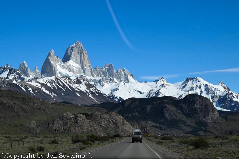 El Chaltén é a mais nova cidade nova da Argentina. Nova porque só foi fundada em 1985. O lugar é um sonho, dentro de um parque nacional e com 1000 habitantes aproximadamente. Geralmente essa população é itinerante, borbulha no verão e no inverno poucos permanecem na cidade que é tomada pela neve.
