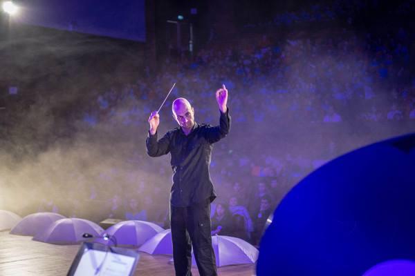 A ecologia e a música vão tomar conta do Teatro Ademir Rosa-CIC na próxima quinta-feira (17-05). A suíte ecológicaAFloresta d'Água, uma produção da empresa portuguesa Foco Musical, conta a aventura de uma Gotinha d'Água, cujo percurso ilustra o ciclo da água. O espetáculo conta com a participação de bailarinos e músicos portugueses e brasileiros que integram a Orquestra Didática da Foco Musical sob a regência do autor da obra, o premiado maestro e compositor portuguêsJorge Salgueiro.