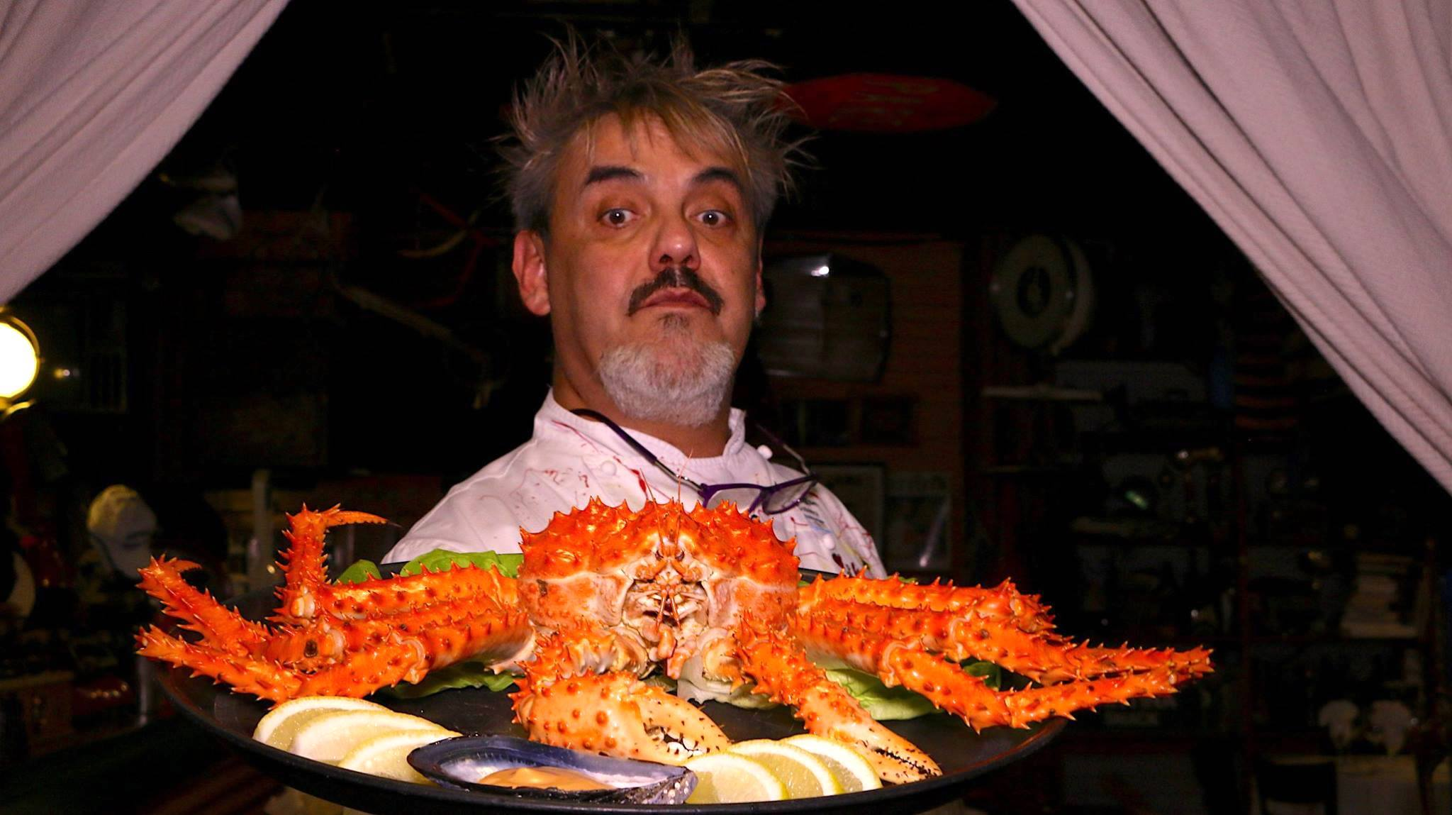 Chefe Lino Adilon com um dos principais pratos de Ushuaia - Centolla