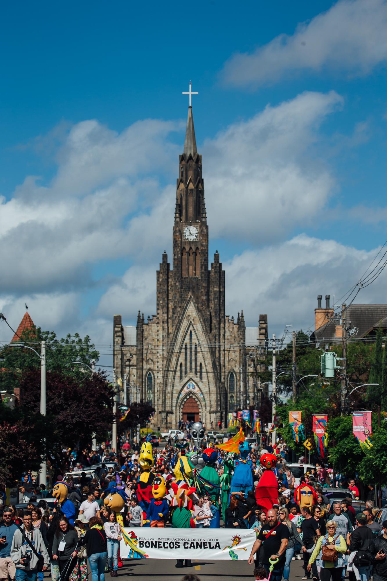 De quinta a domingo,17 a 20, bonecos vindos de diversas partes do mundo tomam conta da cidade com desfiles e exibições totalmente gratuitos