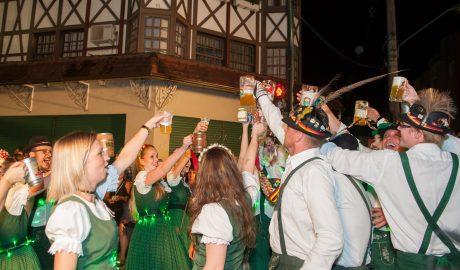 Outubro chegou e as festas do mês garantem a diversão para turistas e moradores