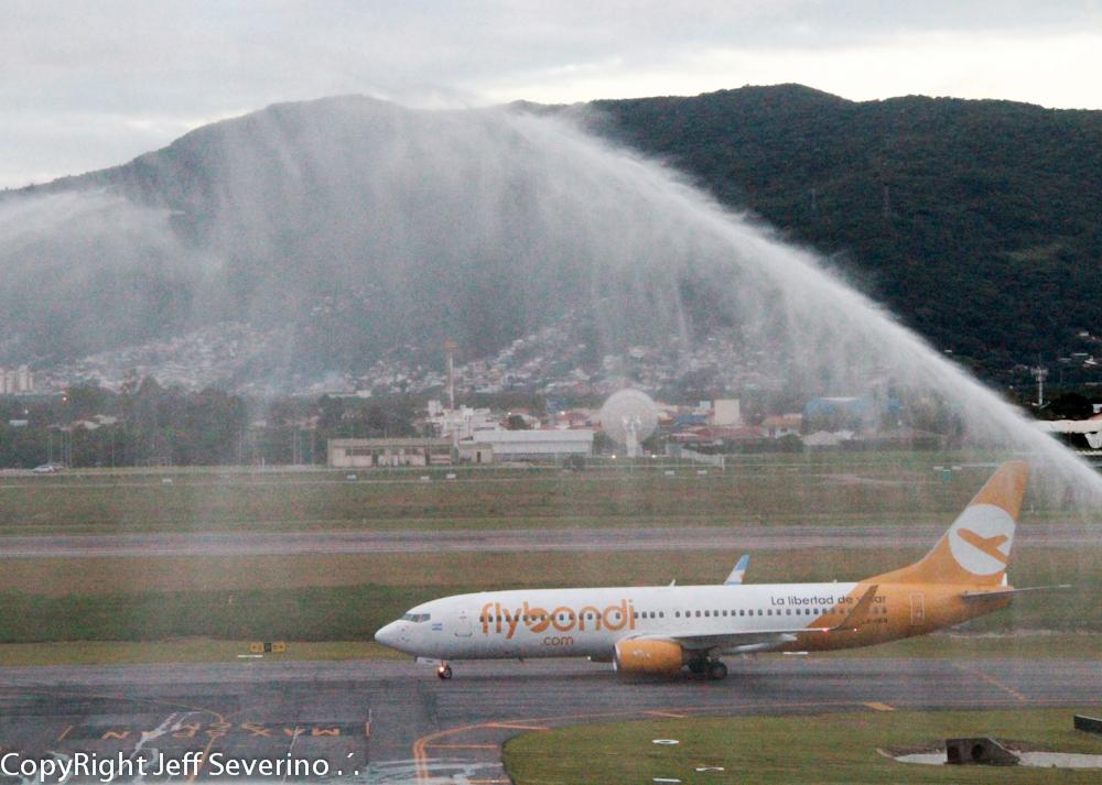 Primeiro voo da low cost Flybondi a Florianópolis-SC, vindo de Buenos Aires