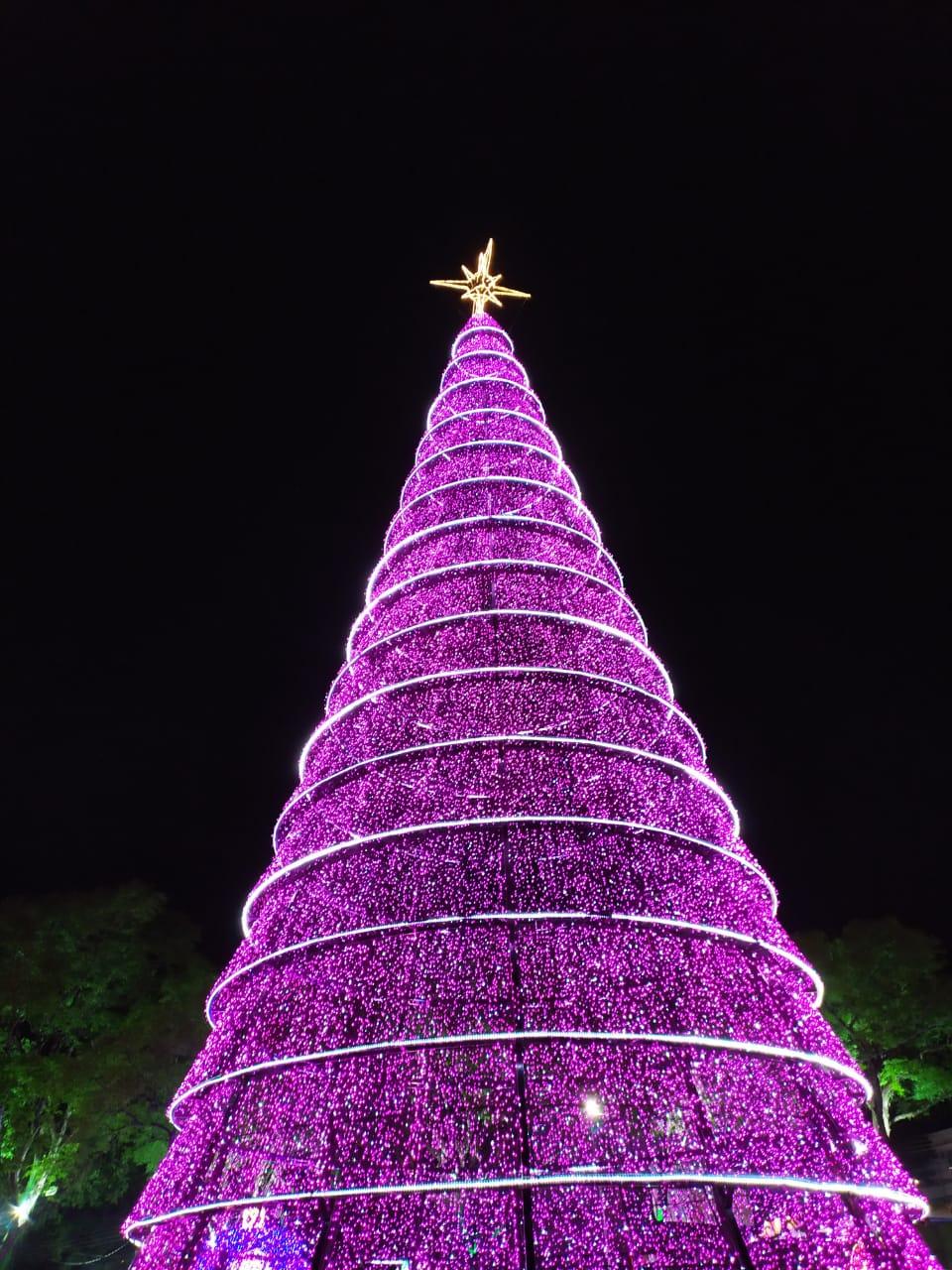 Um dia após o acendimento da iluminação natalina do Gramadão de Itaipu, na Vila A, a abertura oficial da programação do Natal de Foz do Iguaçu levou centenas de pessoas à Praça da Paz