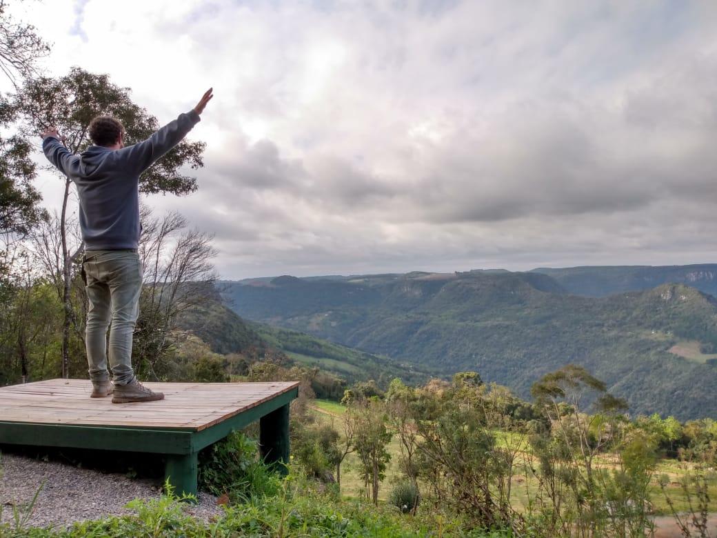 Dias de sol e calor são um convite para atividades ao ar livre e o contato com a natureza. Com uma das vistas mais bonitas da Serra Gaúcha, o Parque Olivas de Gramado oferece opções para aproveitar o destino, em meio a natureza da Mata Atlântica, em trilhas autoguiadas