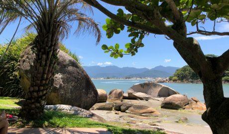 A Grande Florianópolis é detentora das mais belas praias do Brasil. Somente a Ilha da Magia, Florianópolis tem 42 praias. Já a Grande Florianópolis somam-se praias cinematográficas e pousadas paradisíacas que encantos aos mais exigentes.