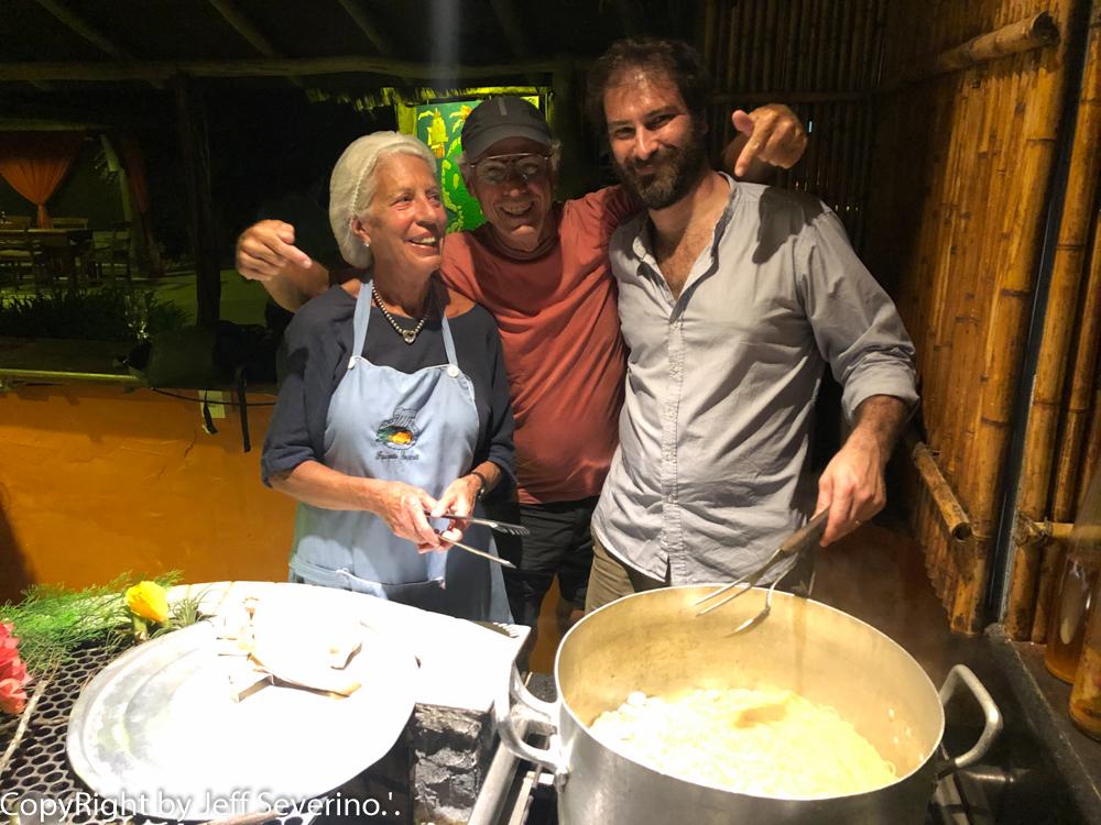 """Outro fenomenal espetáculo é que se você tem algum dom culinário, pode assumir a cozinha da frente de todos a exemplo da super mama italiana Patrícia que aproveitando os vongoles (berbigões) fresquinhos que acabavam de chegar preparou um legítimo """"spaguetti ao vongole"""""""