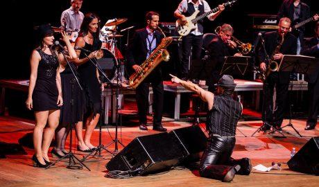 The Back Street Band, se apresenta no palco da Lorenzo's Pizzaria em Cacupé