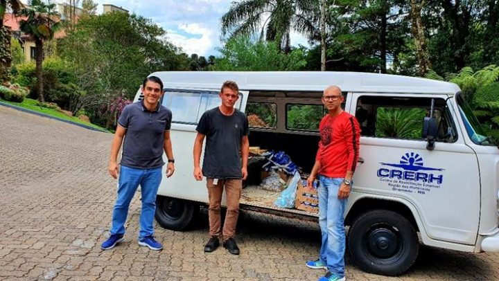 O gerente geral das unidades Wish Serrano e Prodigy Gramado, Luiz Gustavo Alves, na entrega dos mantimentos ao CRERH (Centro de Reabilitação Emanuel Região das Hortênsias)
