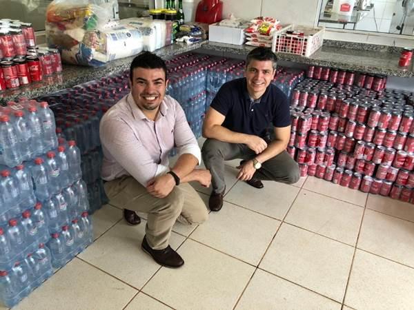 Guilherme Kobel, gerente de A&B, e Alexander Borges, gerente geral do Wish Foz do Iguaçu, preparam doação à Associação de Amparo Aos Idosos de Foz do Iguaçu